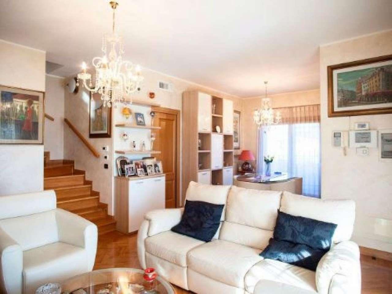 Villa Bifamiliare in vendita 6 vani 200 mq.  via  Lauregno Roma
