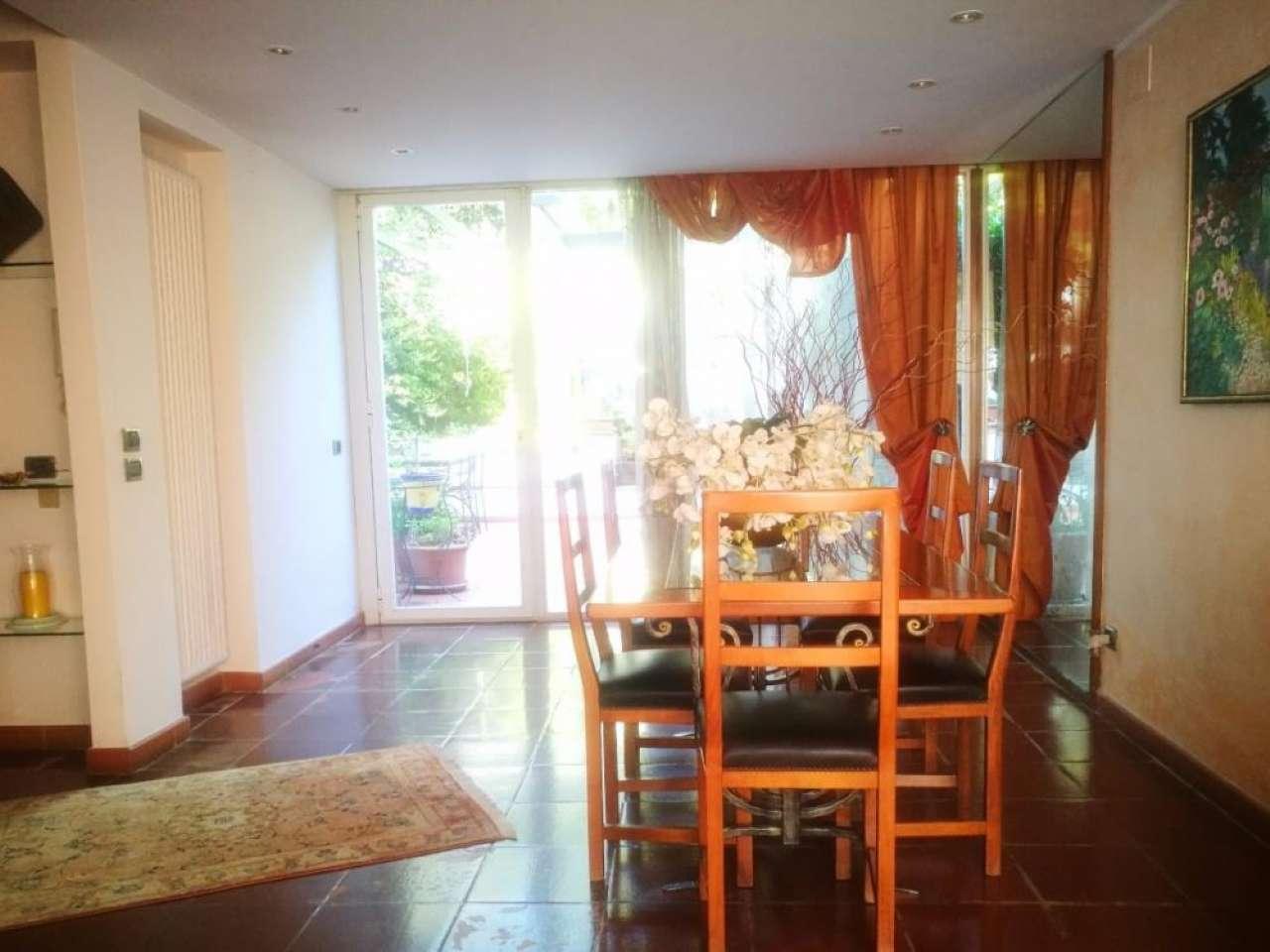 Villa a Schiera in vendita 5 vani 220 mq.  via euripide Roma