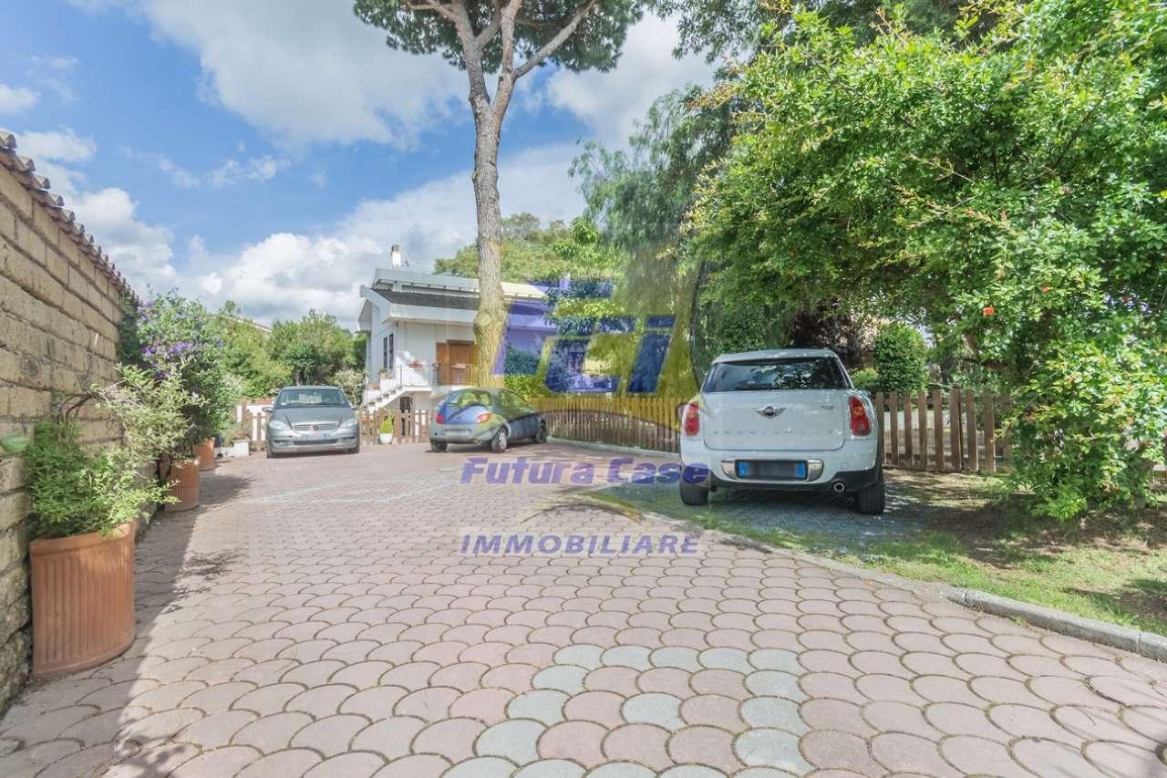 Villa Unifamiliare in vendita 6 vani 260 mq.  via Dobbiaco Roma