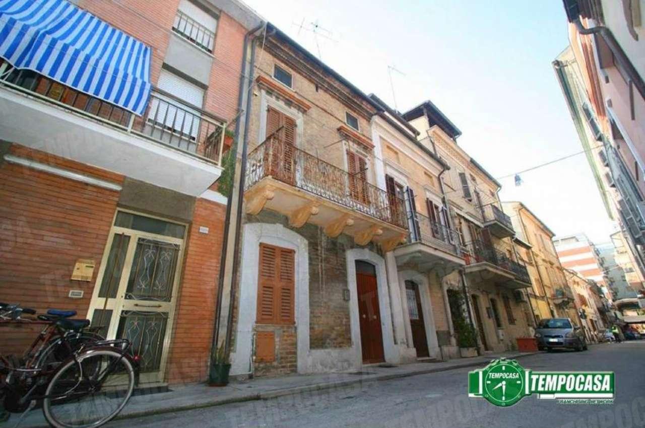 Palazzo / Stabile in vendita a Civitanova Marche, 4 locali, prezzo € 190.000 | CambioCasa.it