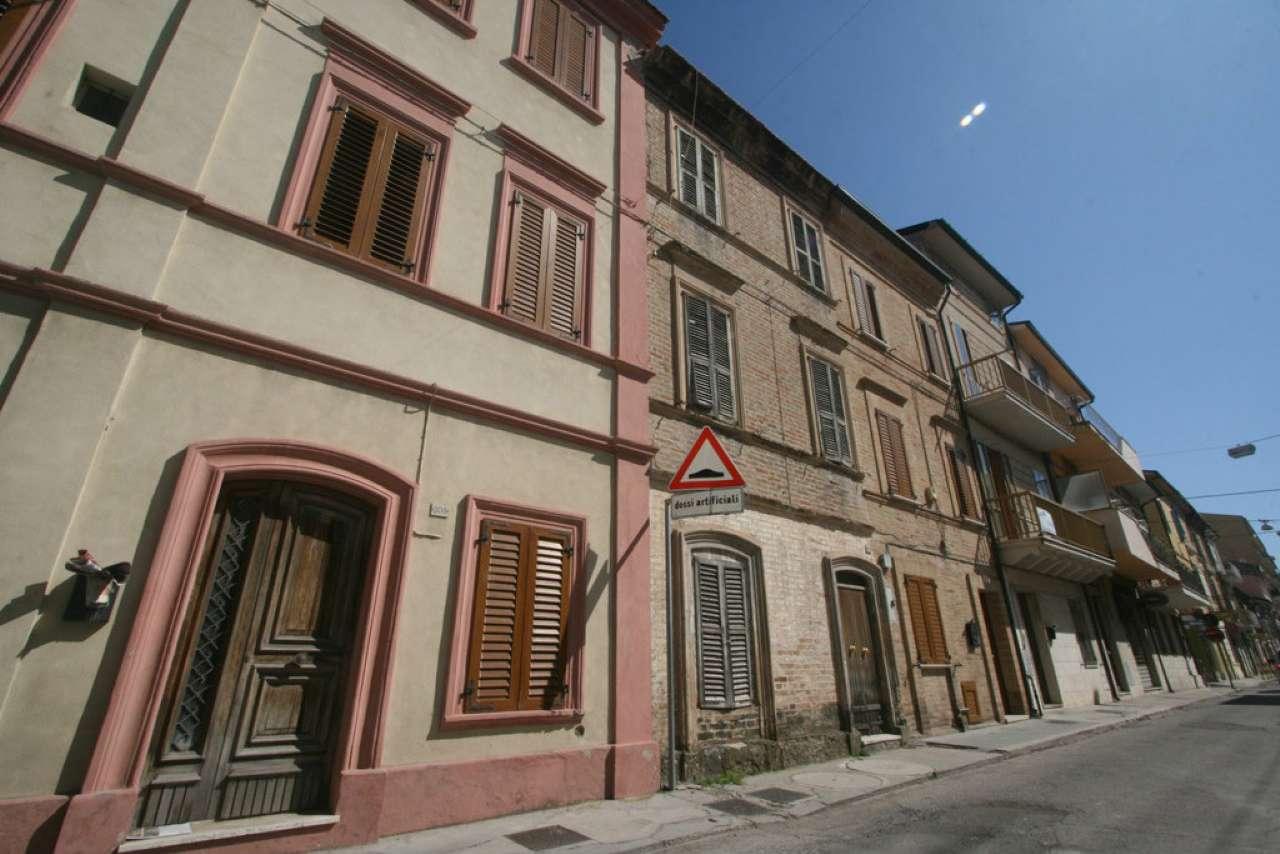 Palazzo / Stabile in vendita a Civitanova Marche, 4 locali, prezzo € 197.000 | CambioCasa.it