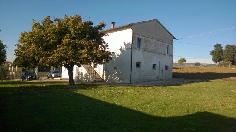 Rustico / Casale in vendita a Montecosaro, 10 locali, prezzo € 220.000 | CambioCasa.it