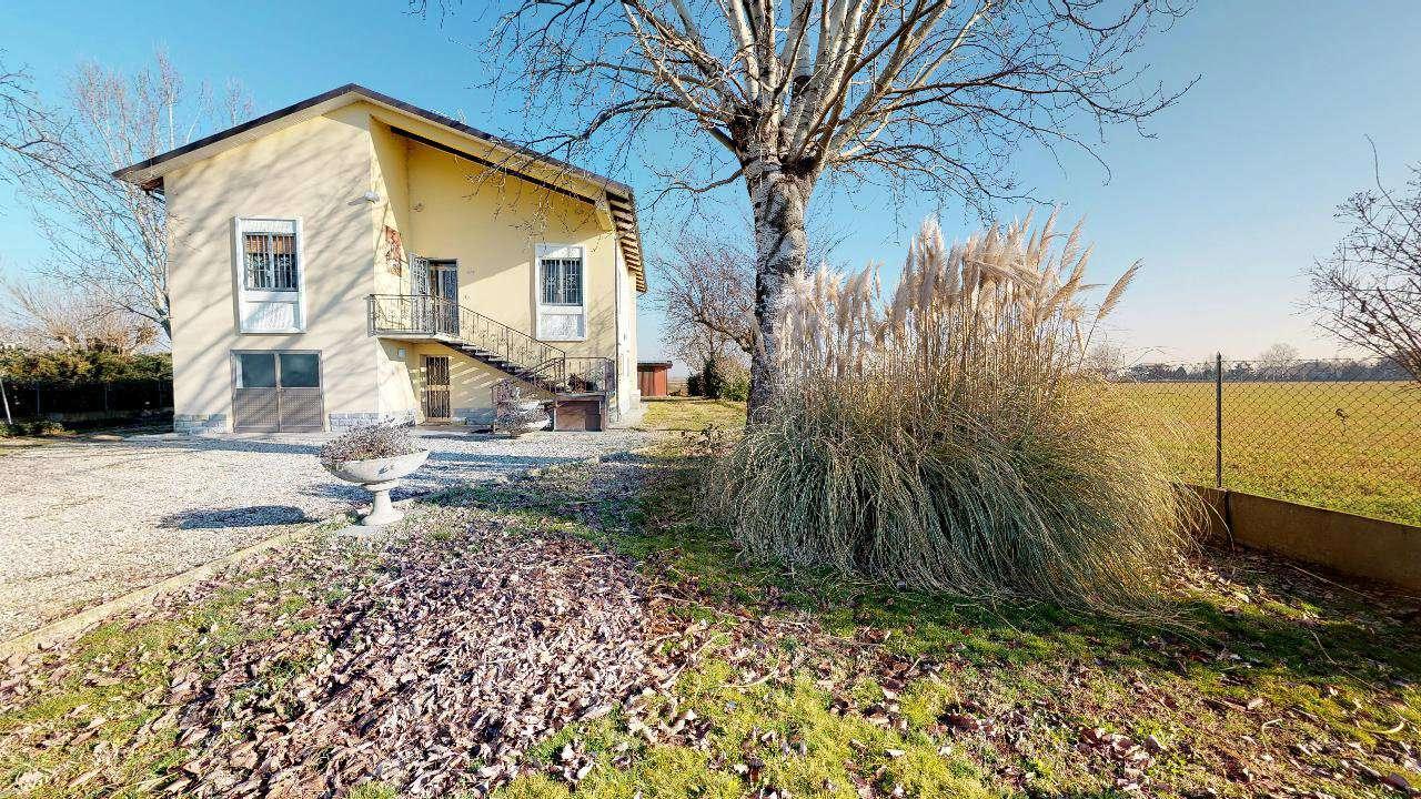 Medicina località Fossatone villa indipendente con giardino privato di mq 2100