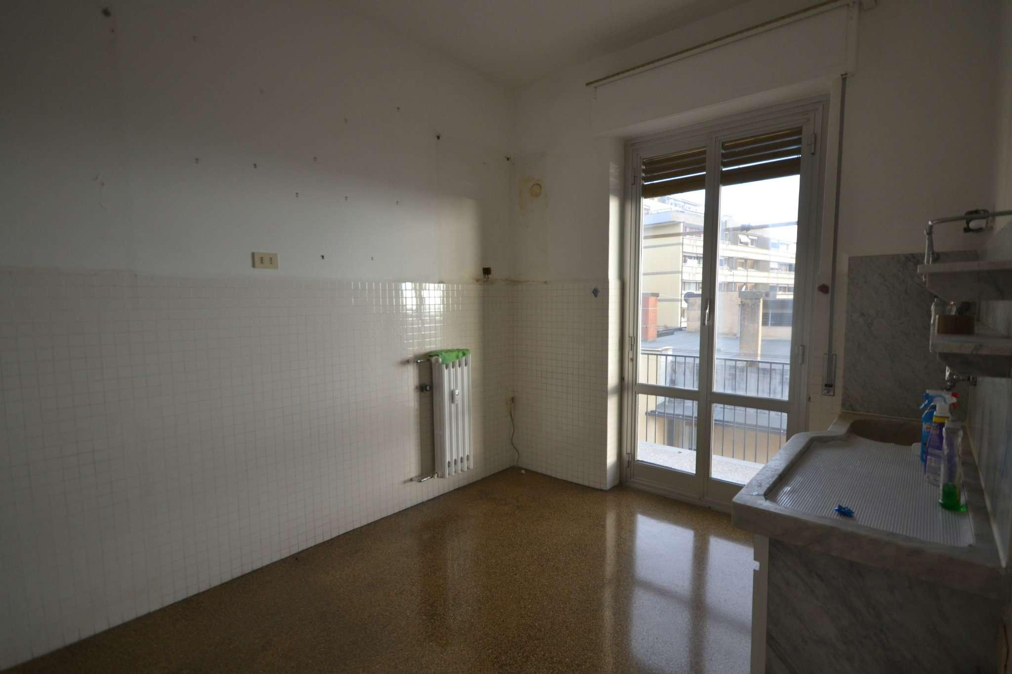 Appartamento in affitto a Genova, 6 locali, prezzo € 500 | Cambio Casa.it
