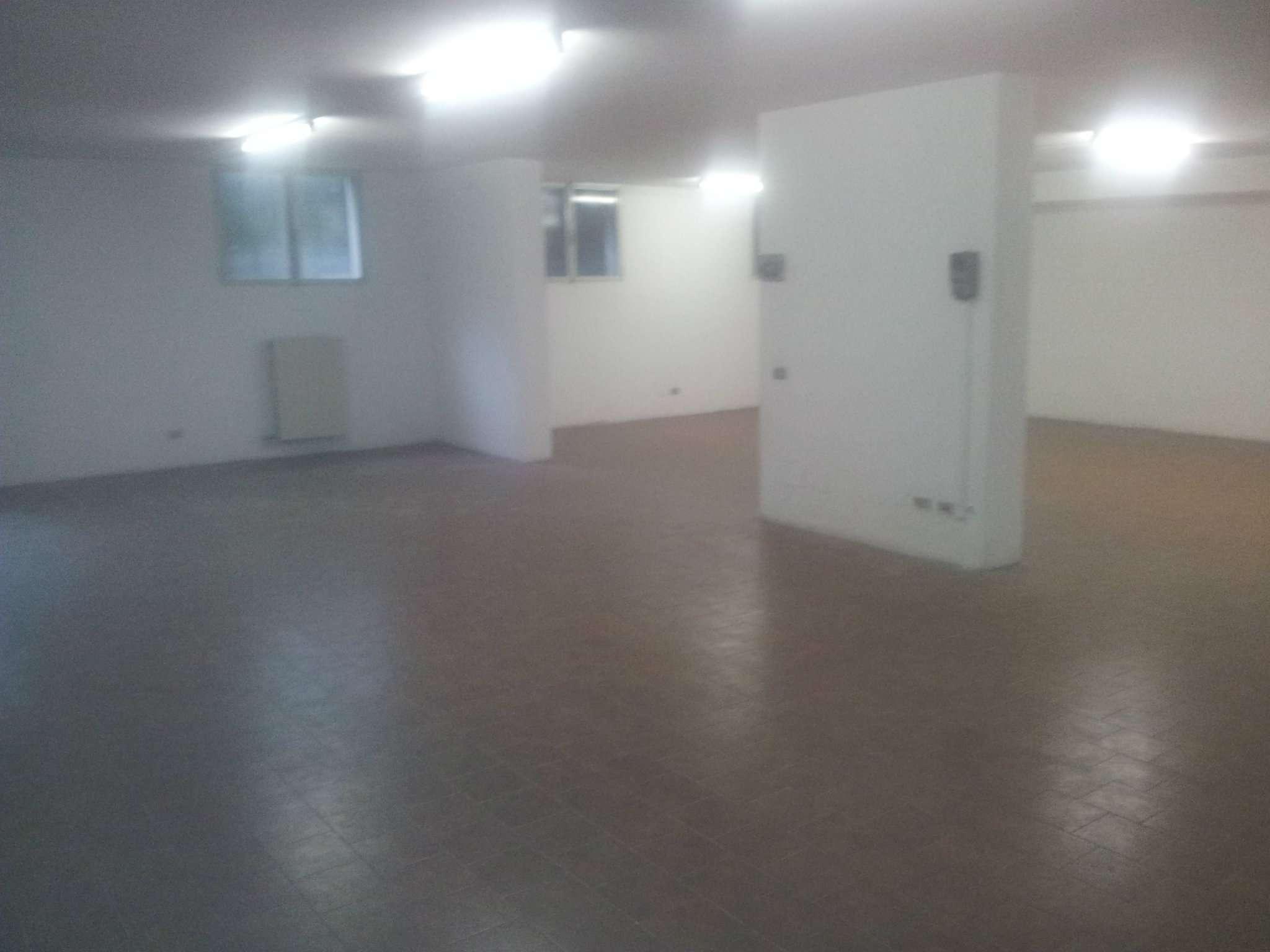 Magazzino in affitto a Peschiera Borromeo, 5 locali, prezzo € 600 | Cambio Casa.it