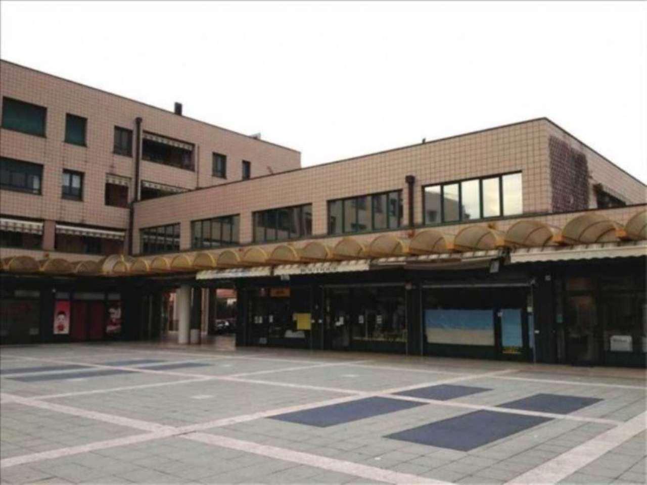 Negozio / Locale in affitto a Caronno Pertusella, 6 locali, prezzo € 2.900 | Cambio Casa.it