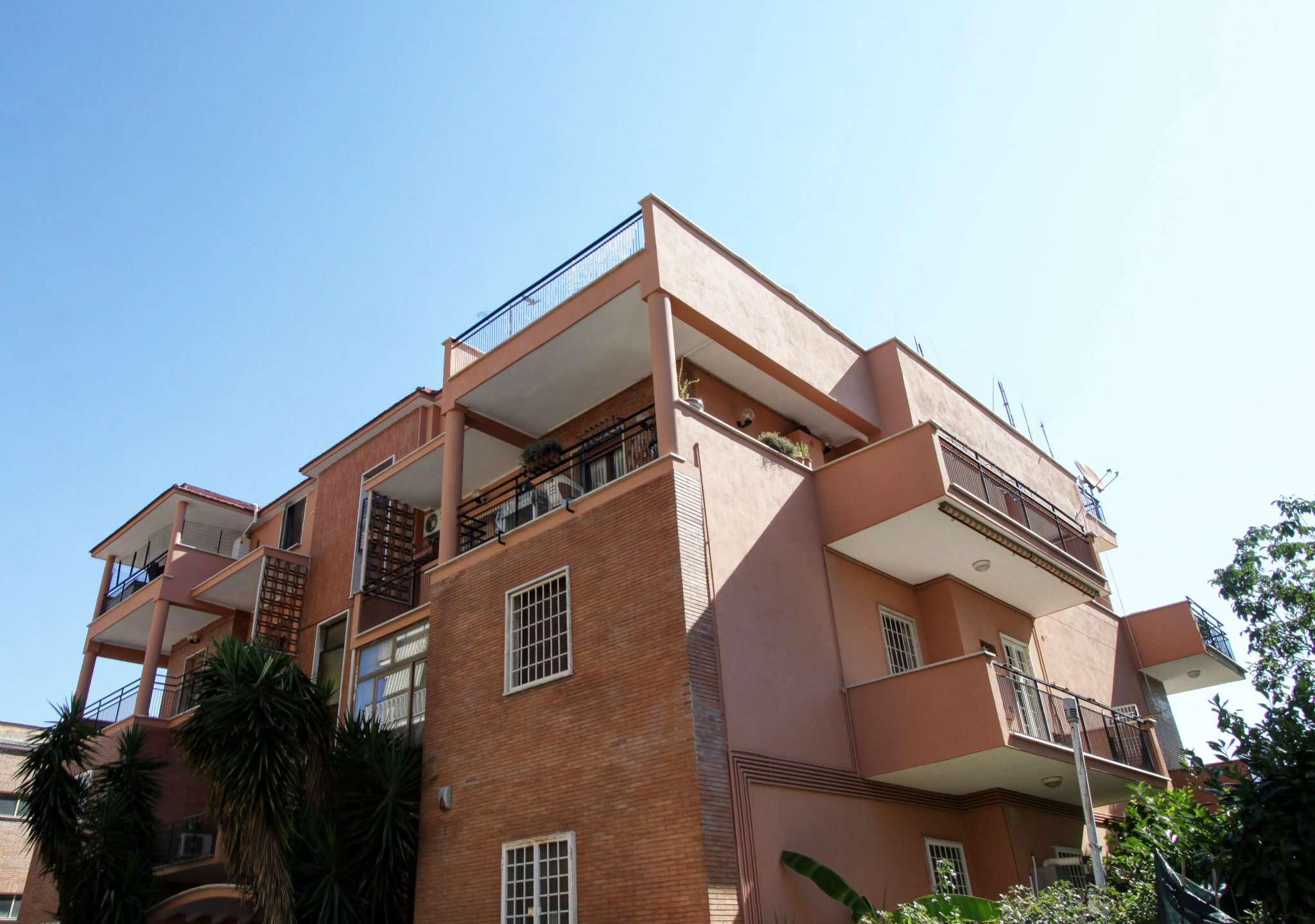 Appartamento in vendita 5 vani 200 mq.  via Montefiorino Roma