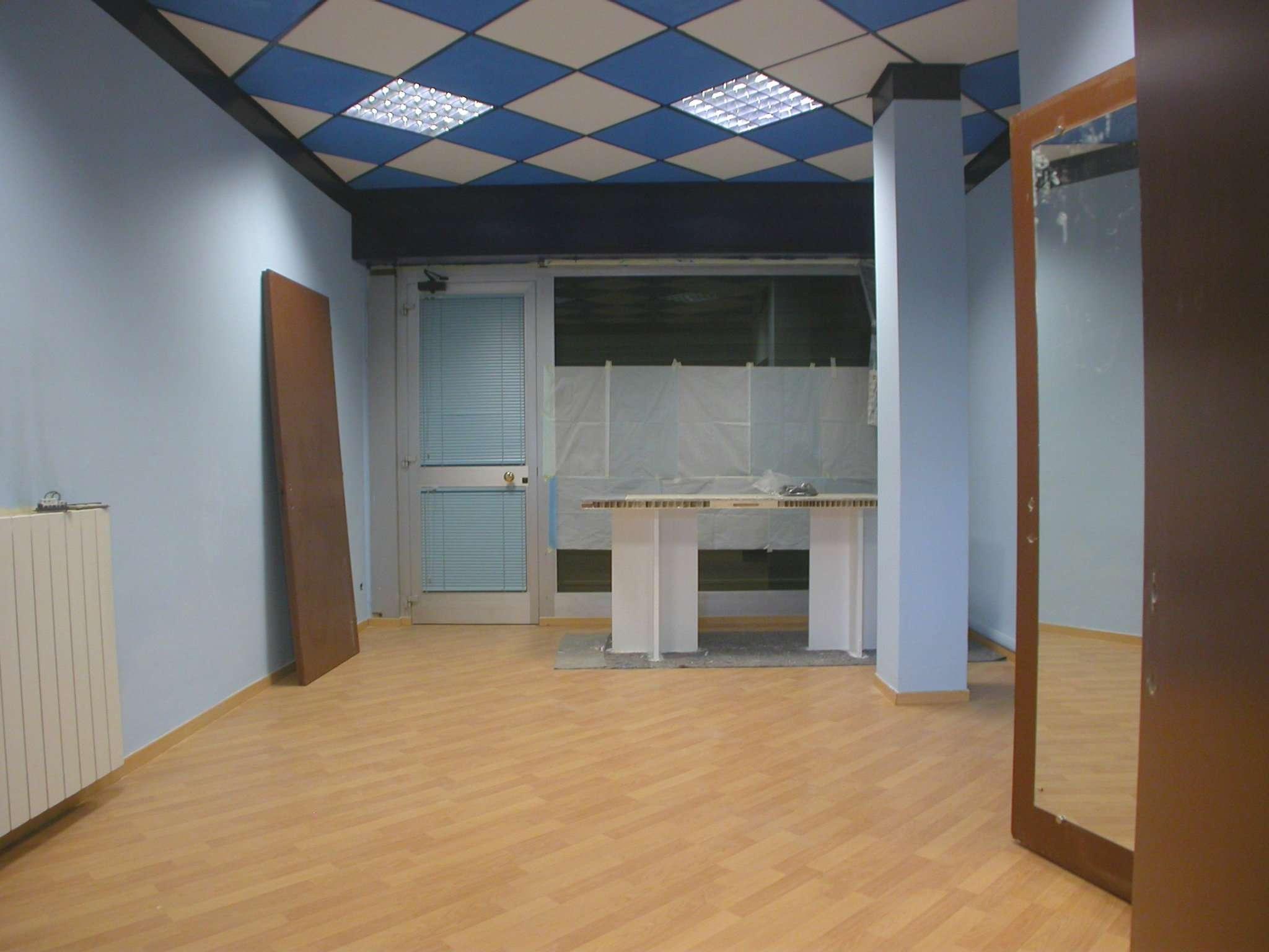 Negozio / Locale in affitto a Tradate, 2 locali, prezzo € 500 | CambioCasa.it