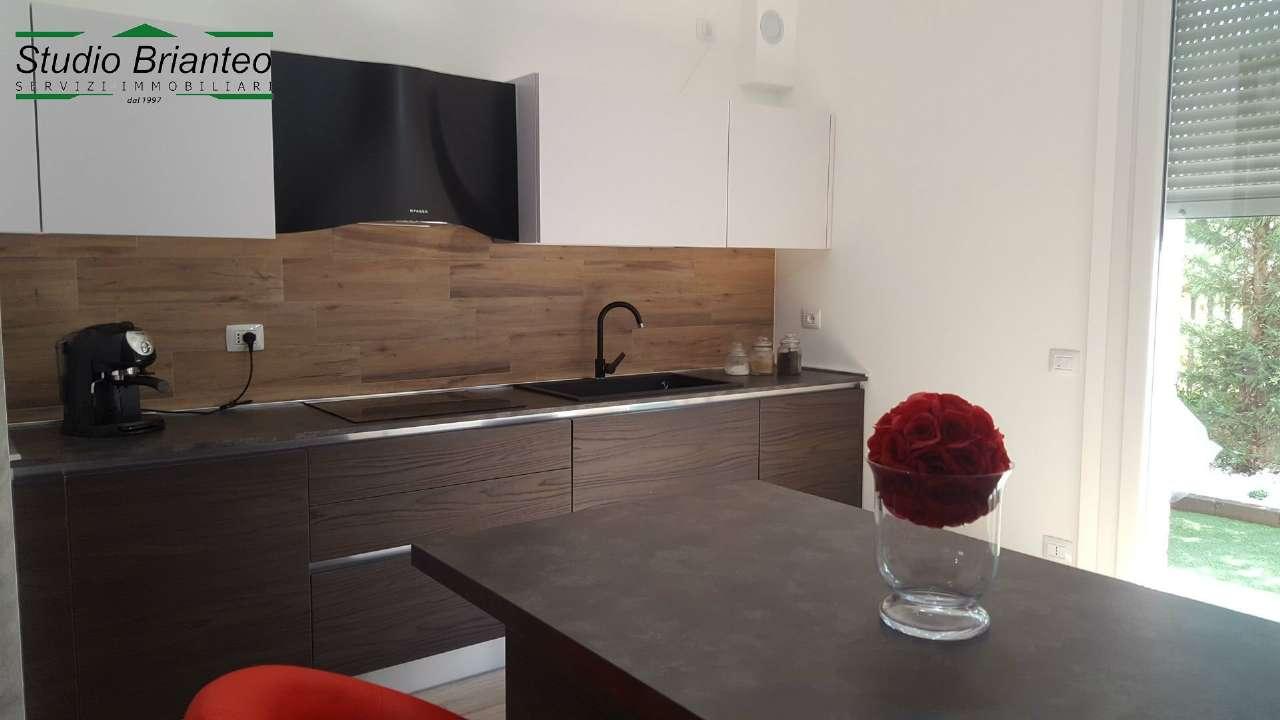 Villa a schiera trilocale in vendita a Carugo (CO)