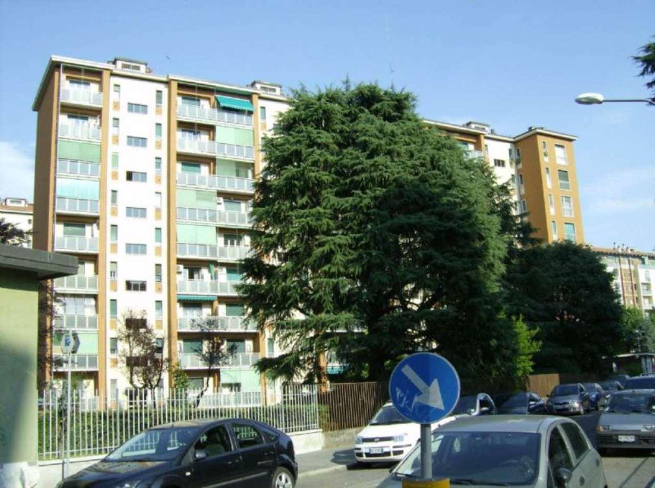 Bilocale Milano Via Astri 1