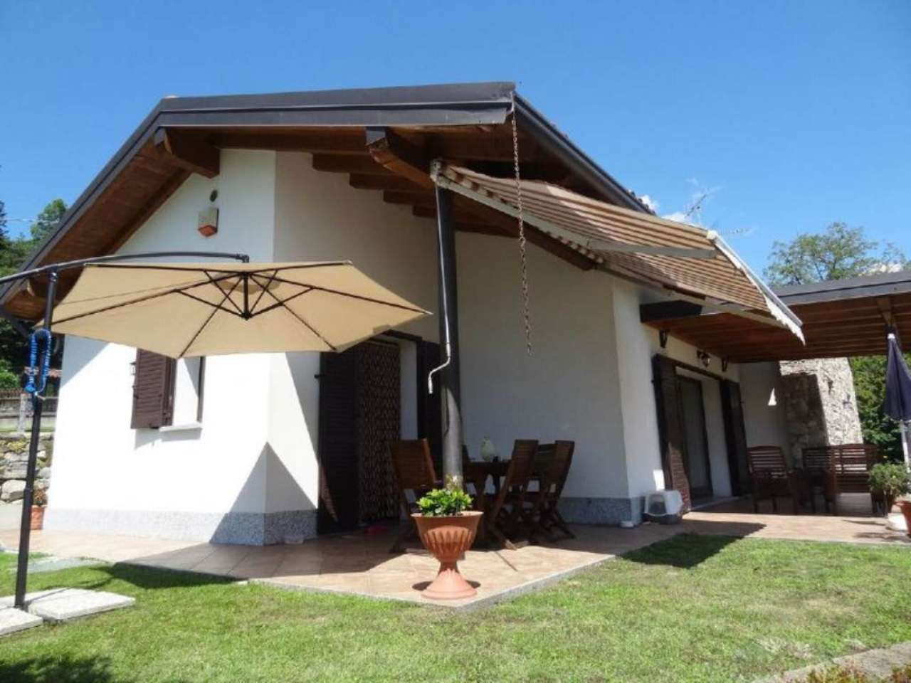 Villa in vendita a Luino, 6 locali, prezzo € 480.000 | Cambio Casa.it
