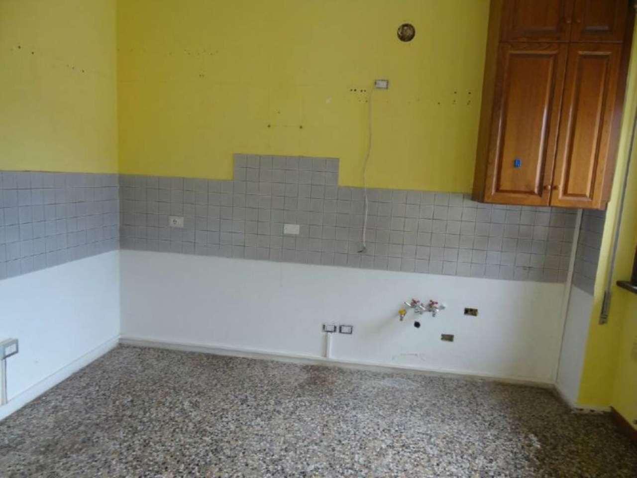 Appartamento in affitto a Sangiano, 4 locali, prezzo € 400 | Cambio Casa.it