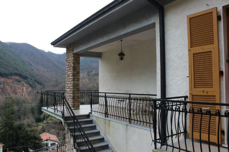 Soluzione Indipendente in vendita a Riccò del Golfo di Spezia, 8 locali, prezzo € 380.000 | Cambio Casa.it