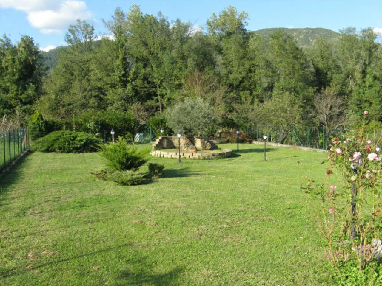 Villa in vendita a Beverino, 9 locali, prezzo € 265.000 | CambioCasa.it