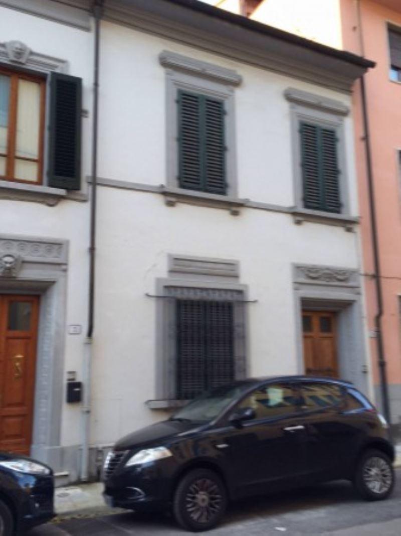 Soluzione Indipendente in vendita a Prato, 6 locali, prezzo € 250.000 | CambioCasa.it