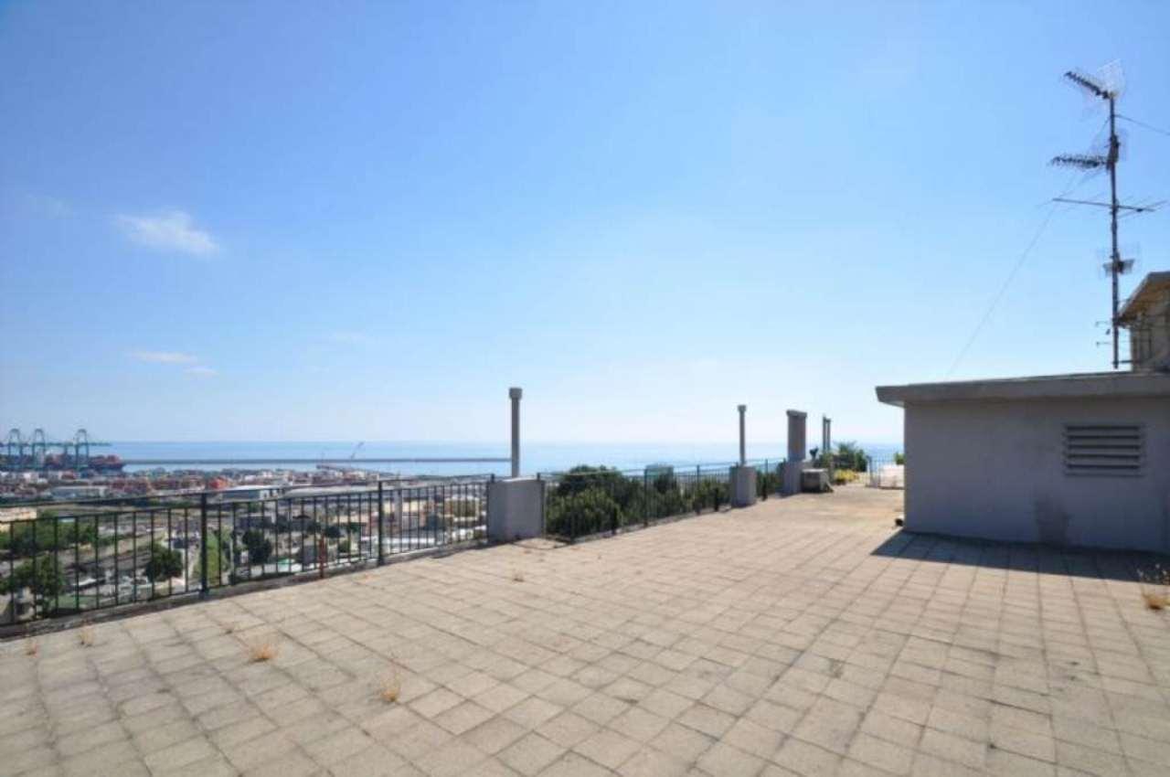 Appartamento in vendita a Genova, 9 locali, zona Zona: 15 . Prà, prezzo € 225.000 | Cambio Casa.it