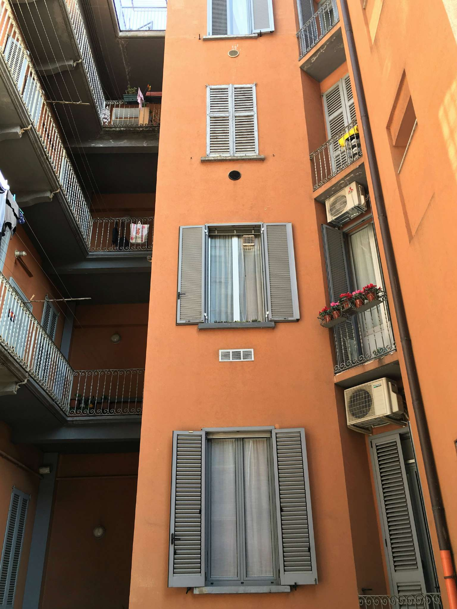 Bilocale Milano Via Conte Verde 3