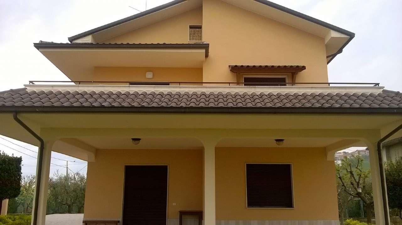Villa in vendita a Tortoreto, 9 locali, prezzo € 350.000 | CambioCasa.it