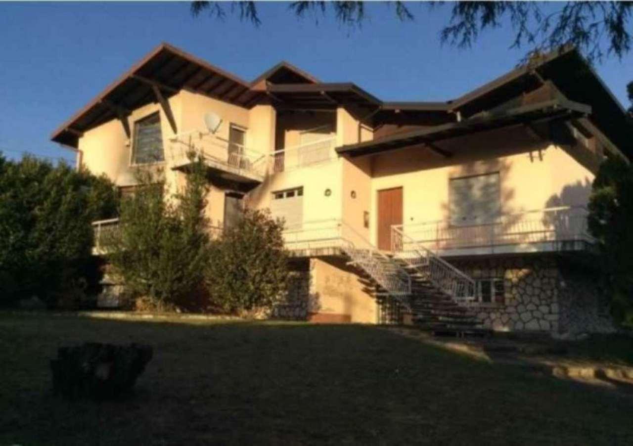 Villa in vendita a Angera, 6 locali, prezzo € 320.000 | Cambio Casa.it