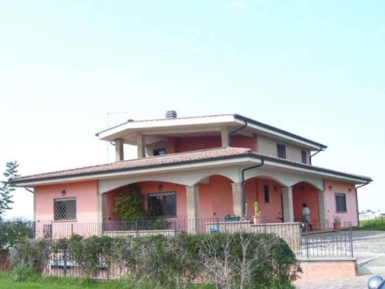 Villa in vendita a Pomezia, 6 locali, prezzo € 550.000 | Cambio Casa.it