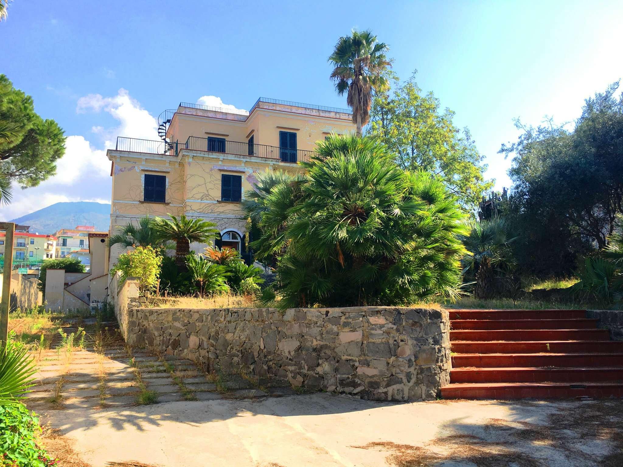 Villa in affitto a Torre del Greco, 10 locali, prezzo € 2.400   CambioCasa.it