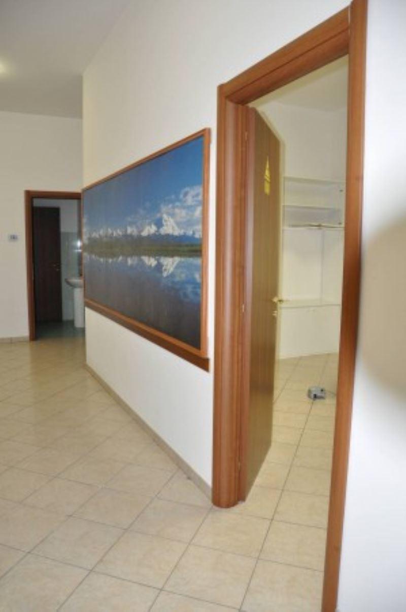 Negozio / Locale in affitto a Lariano, 3 locali, prezzo € 390 | Cambio Casa.it