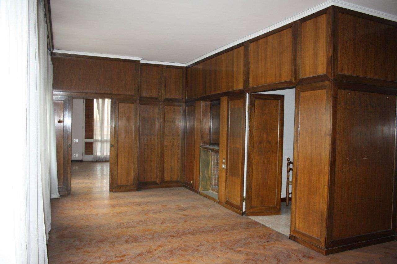 Appartamento in affitto a Prato, 8 locali, prezzo € 1.500 | CambioCasa.it