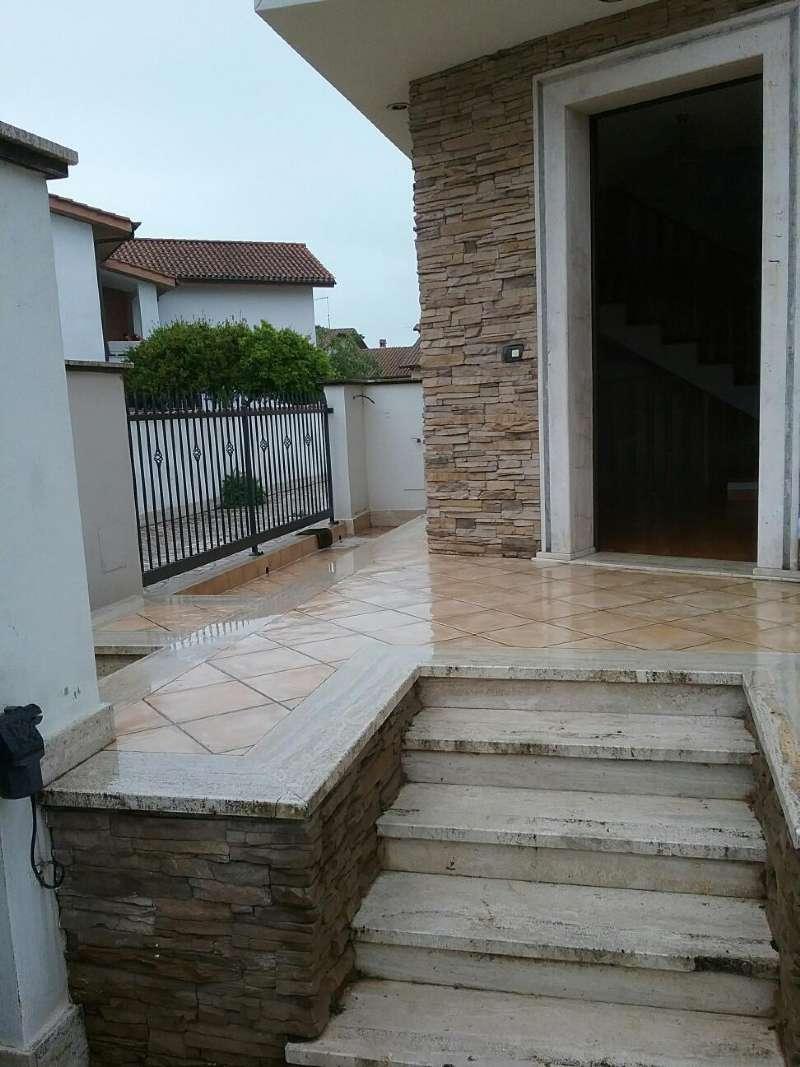 Villa Bifamiliare in vendita 7 vani 240 mq.  via Tespi Roma