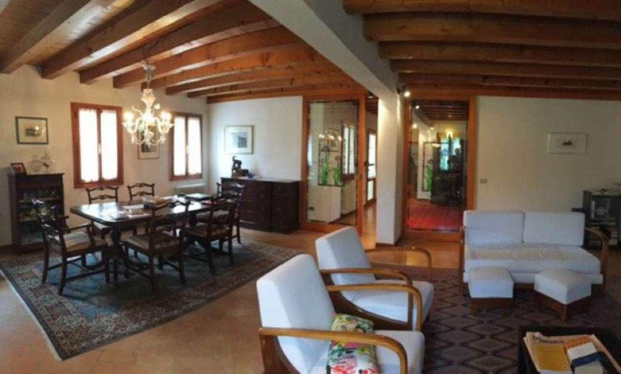 Rustico / Casale in vendita a Mirano, 20 locali, prezzo € 700.000 | CambioCasa.it