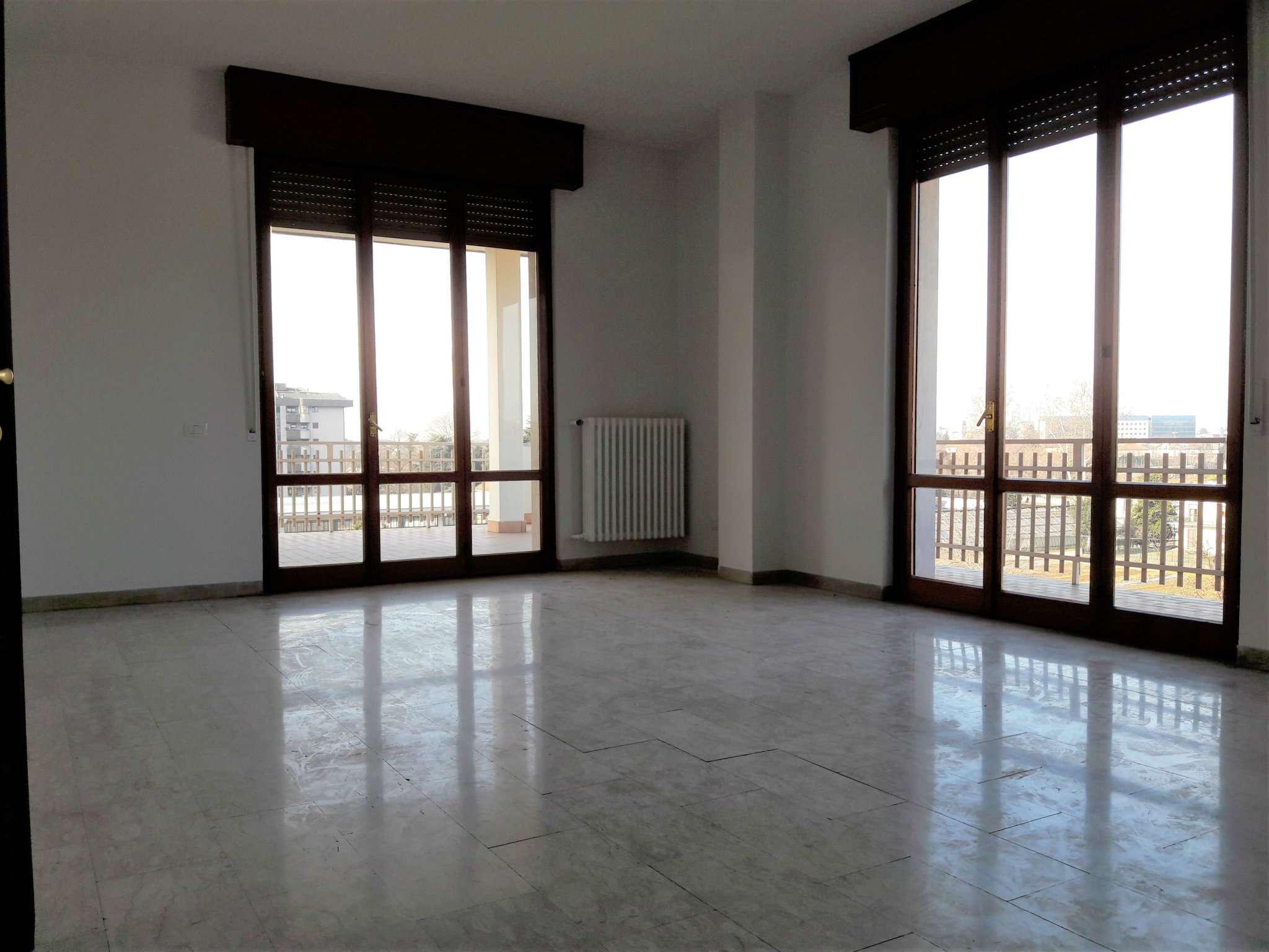 Attico / Mansarda in affitto a Monza, 4 locali, zona Zona: 6 . Triante, San Fruttuoso, Taccona, prezzo € 750 | Cambio Casa.it