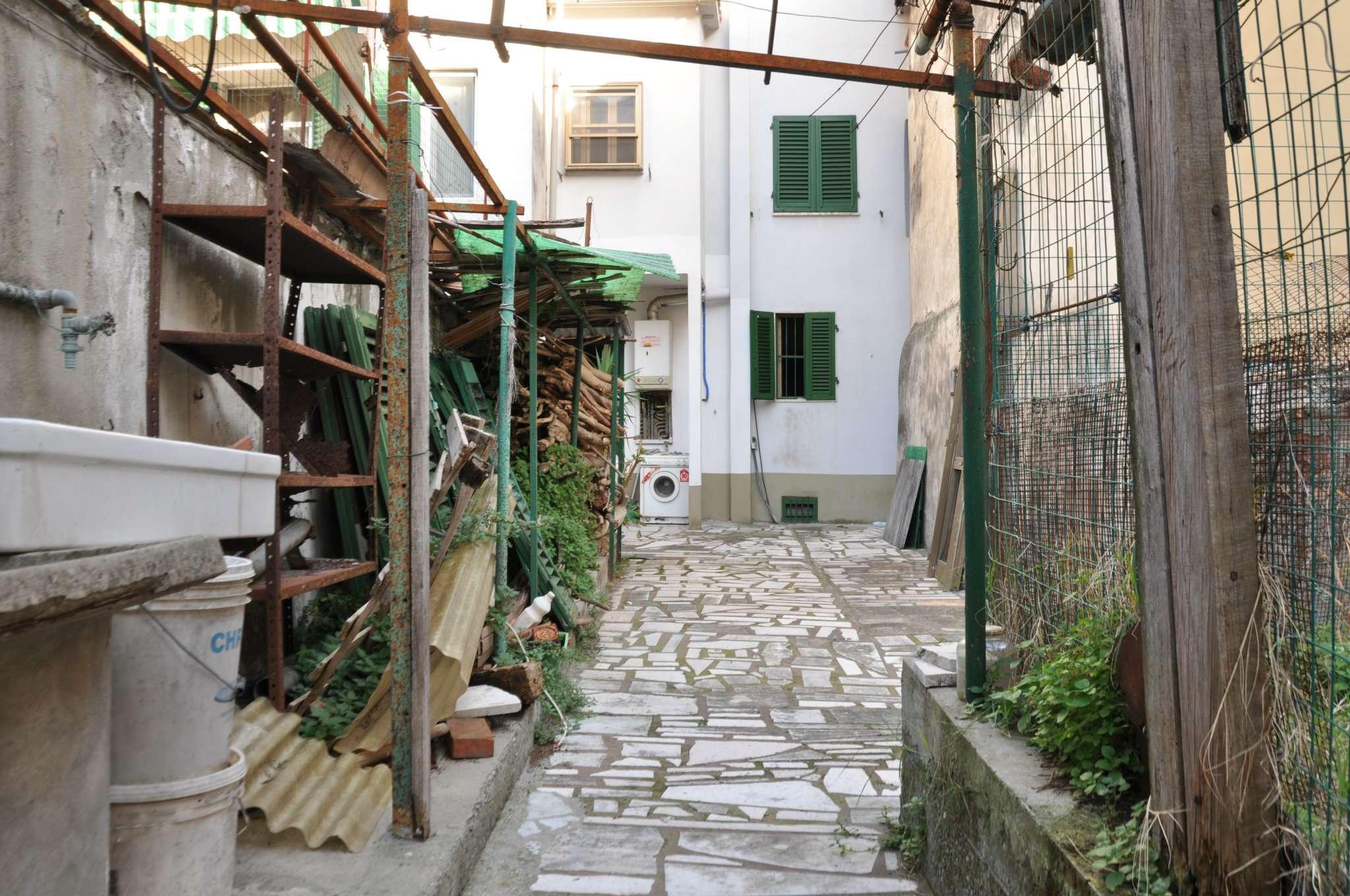 Palazzo / Stabile in vendita a Pistoia, 5 locali, prezzo € 165.000 | CambioCasa.it