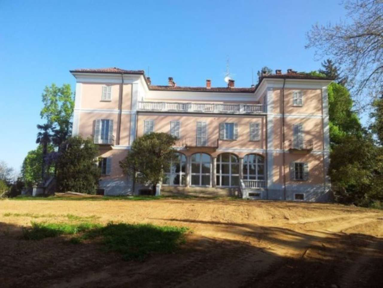 Palazzo / Stabile in Vendita a Carnago