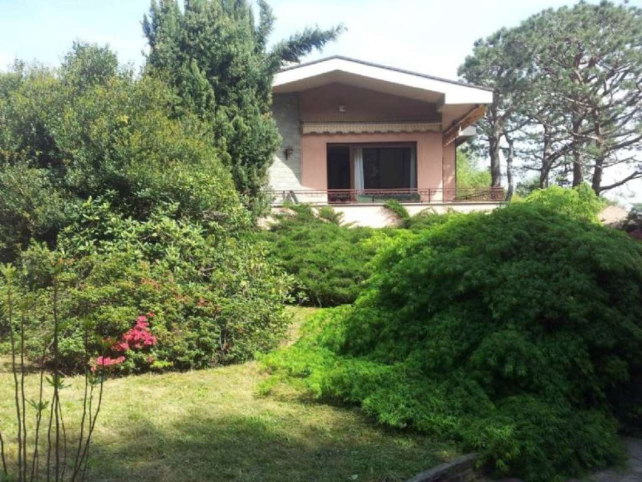 Villa in vendita a Carnago, 8 locali, prezzo € 400.000 | Cambio Casa.it