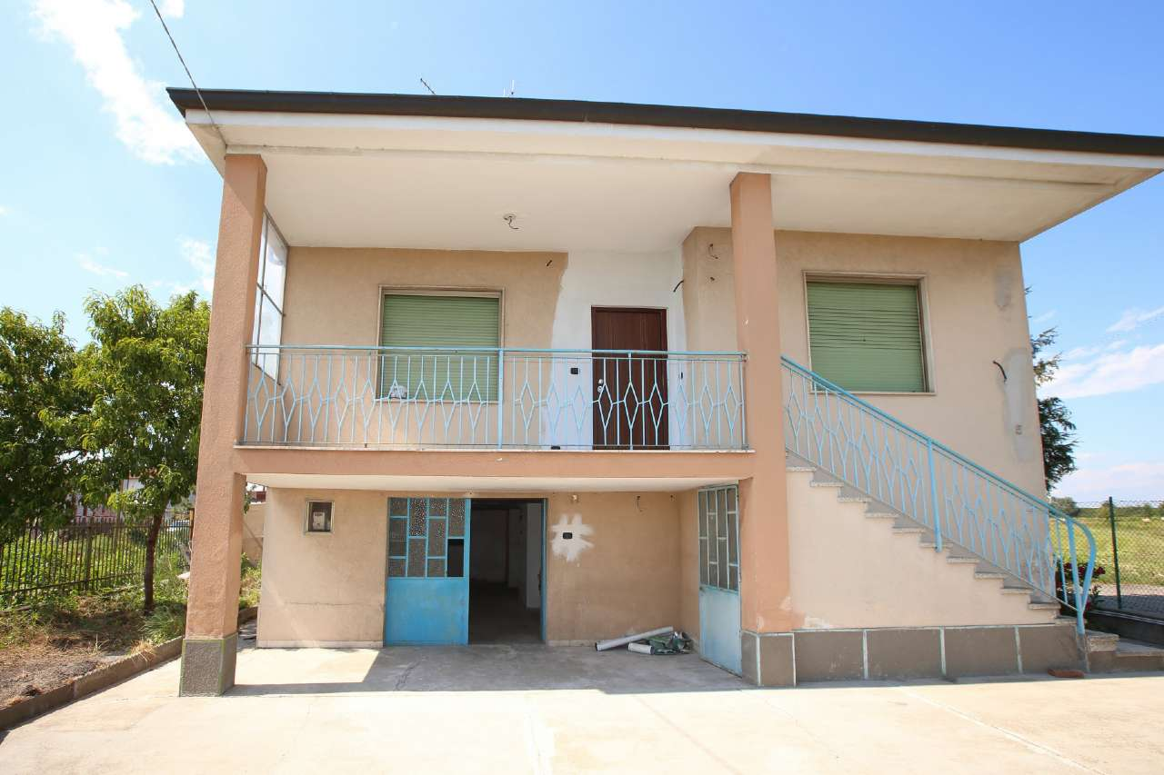 Soluzione Indipendente in affitto a Chivasso, 4 locali, prezzo € 700 | CambioCasa.it