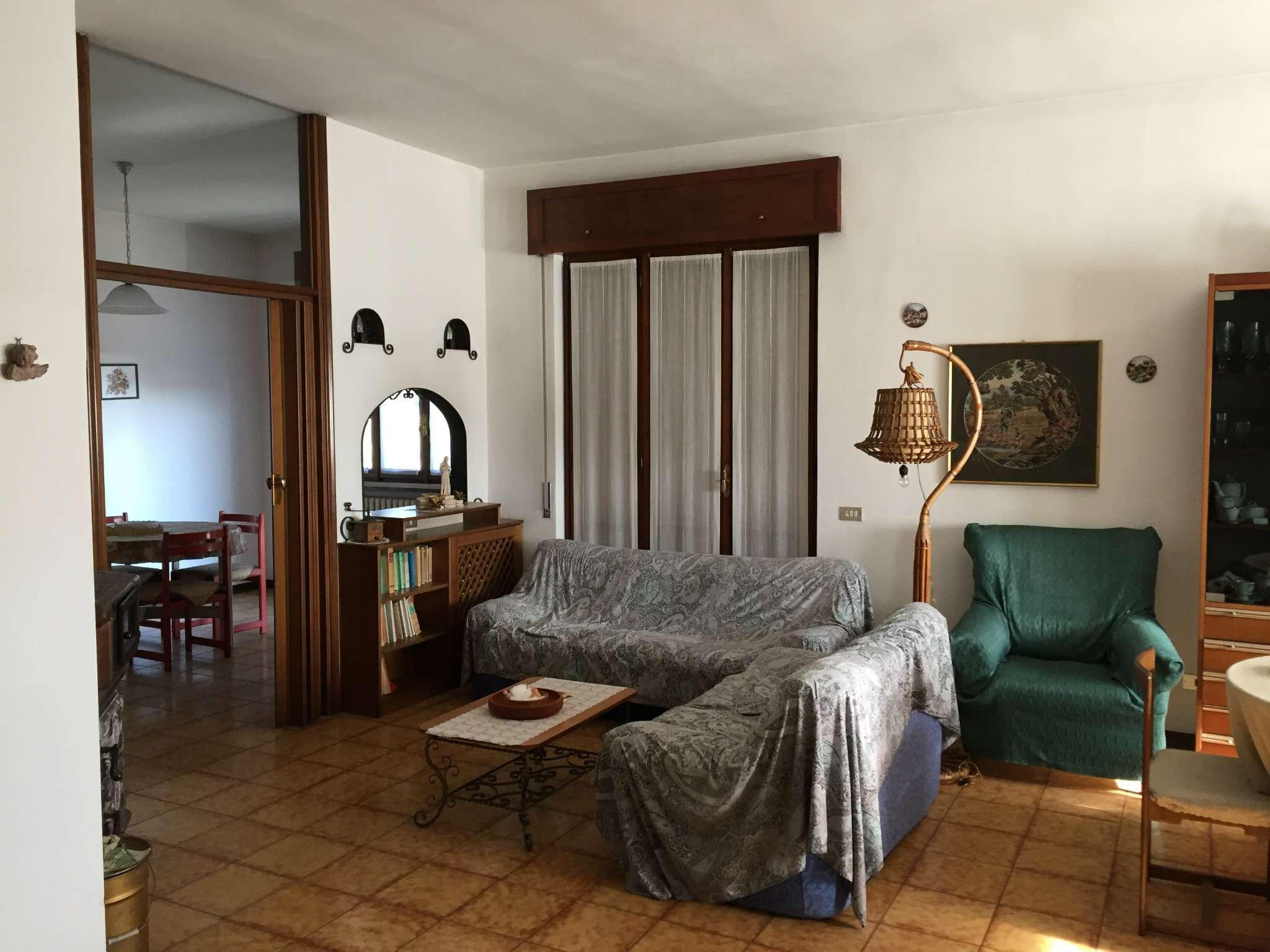 Villa in vendita a Gavirate, 4 locali, prezzo € 300.000 | CambioCasa.it