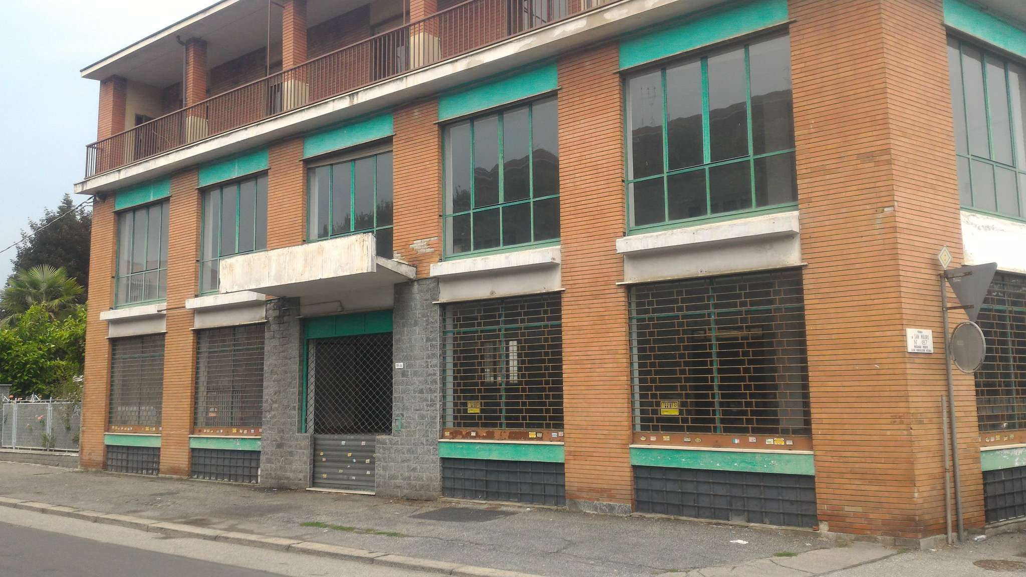 Immagine immobiliare LOCALE COMMERCIALE IN TORINO 1000 MQ Disponiamo in Torino Strada San Mauro di locale commerciale di 1000 mq circa con sei vetrine su strada; il locale è composto da : piano seminterrato di 200 mq uso magazzino, al primo piano...