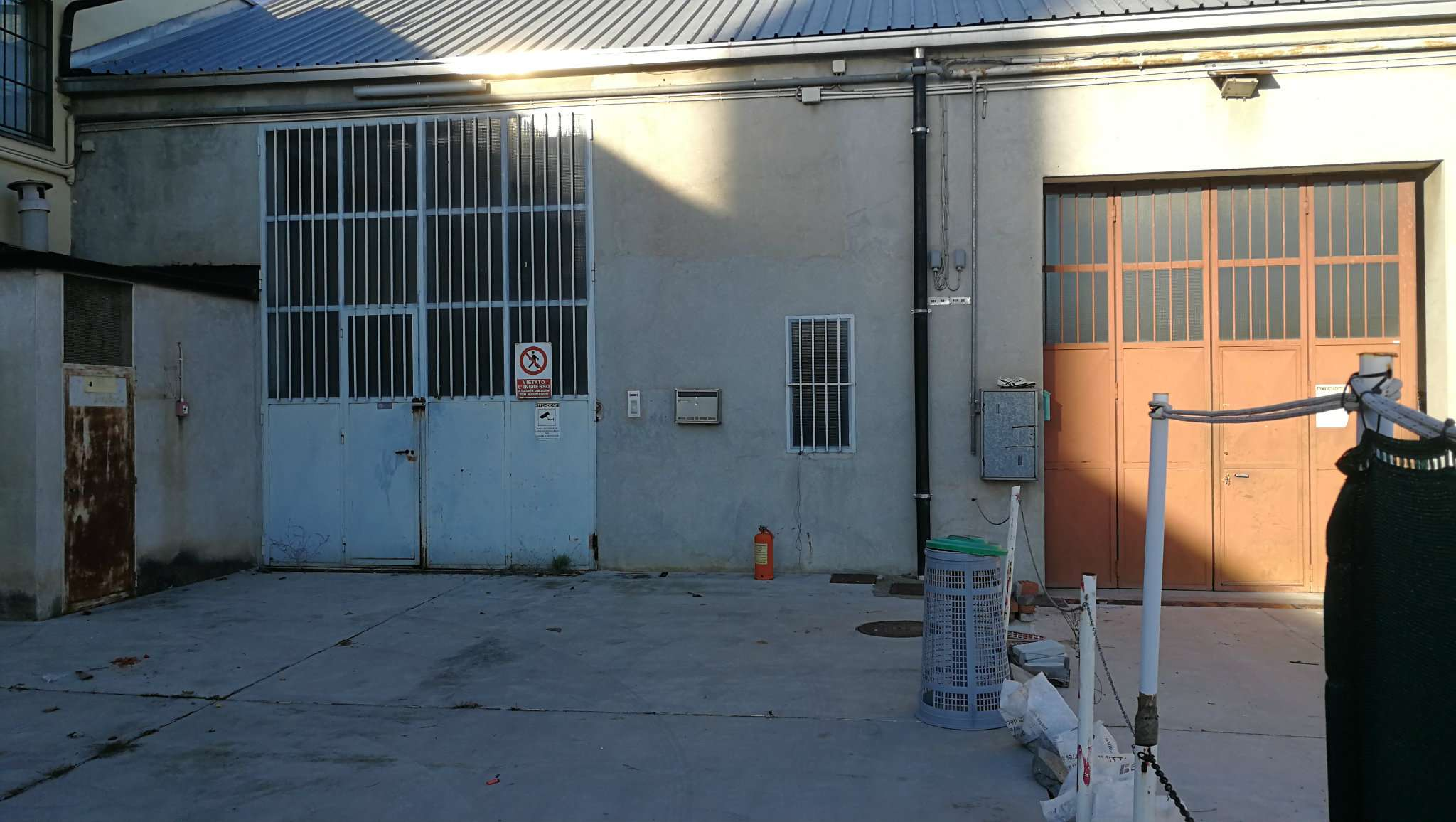 Immagine immobiliare CAPANNONE 400 MQ GRULIASCO Capannone a Grugliasco comodissimo alla tangenziale composto da: area produttiva di 400mq circa con altezza interna 4.15m, impianto elettrico, predisposizione impianto di riscaldamento a metano, accesso carraio...