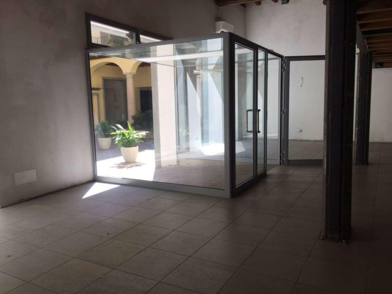 Negozio / Locale in affitto a Treviglio, 2 locali, prezzo € 800 | CambioCasa.it