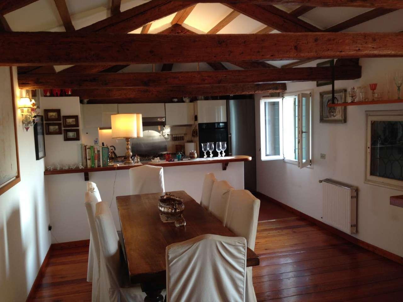Appartamento in vendita a Venezia, 8 locali, zona Zona: 2 . Santa Croce, Trattative riservate   Cambio Casa.it