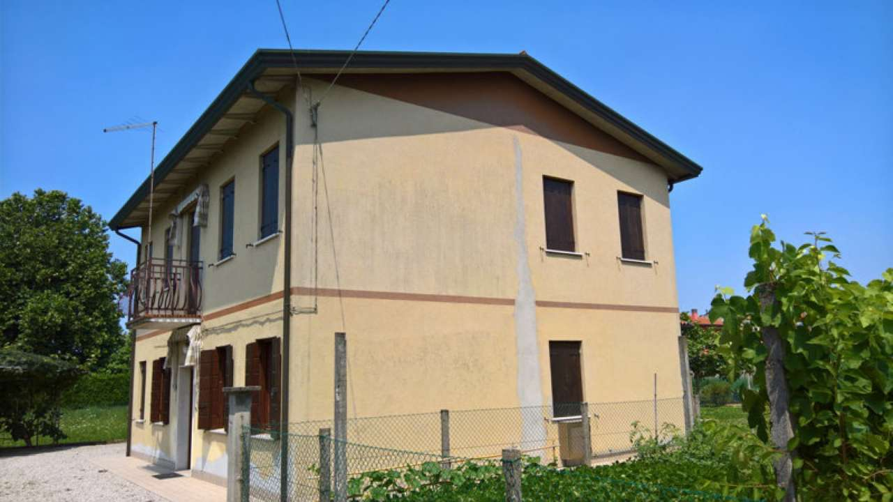 Soluzione indipendente mira vendita 230 mq for Piani casa 3 camere da letto e garage doppio