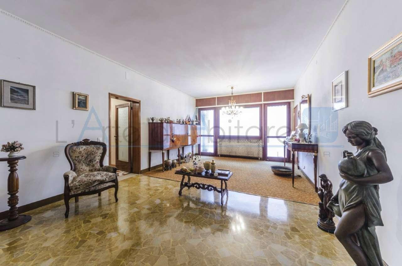 Appartamento in vendita a Venezia, 6 locali, zona Zona: 8 . Lido, prezzo € 390.000 | CambioCasa.it