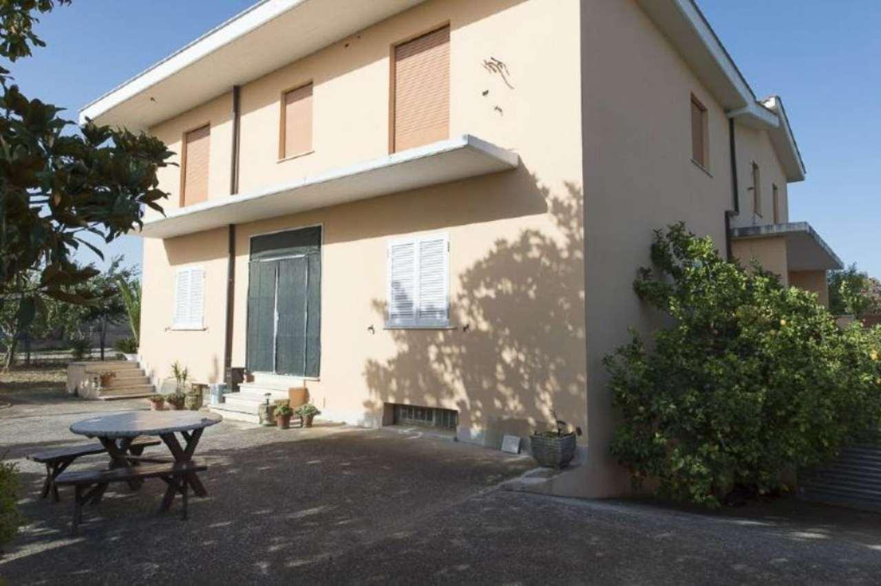 Villa in vendita a Pomezia, 12 locali, prezzo € 550.000 | CambioCasa.it