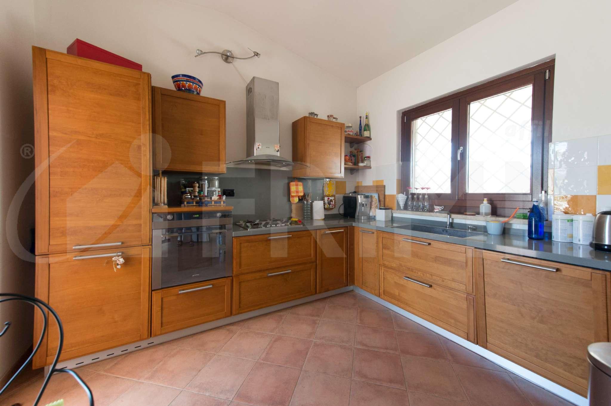 Villa in vendita a Pomezia, 9 locali, prezzo € 490.000 | CambioCasa.it
