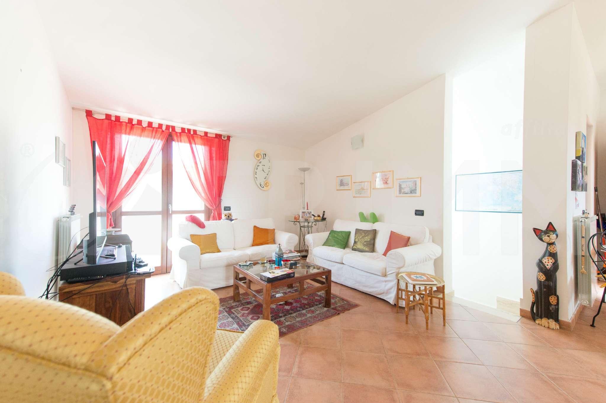 Villa in vendita a Pomezia, 9 locali, prezzo € 490.000 | Cambio Casa.it