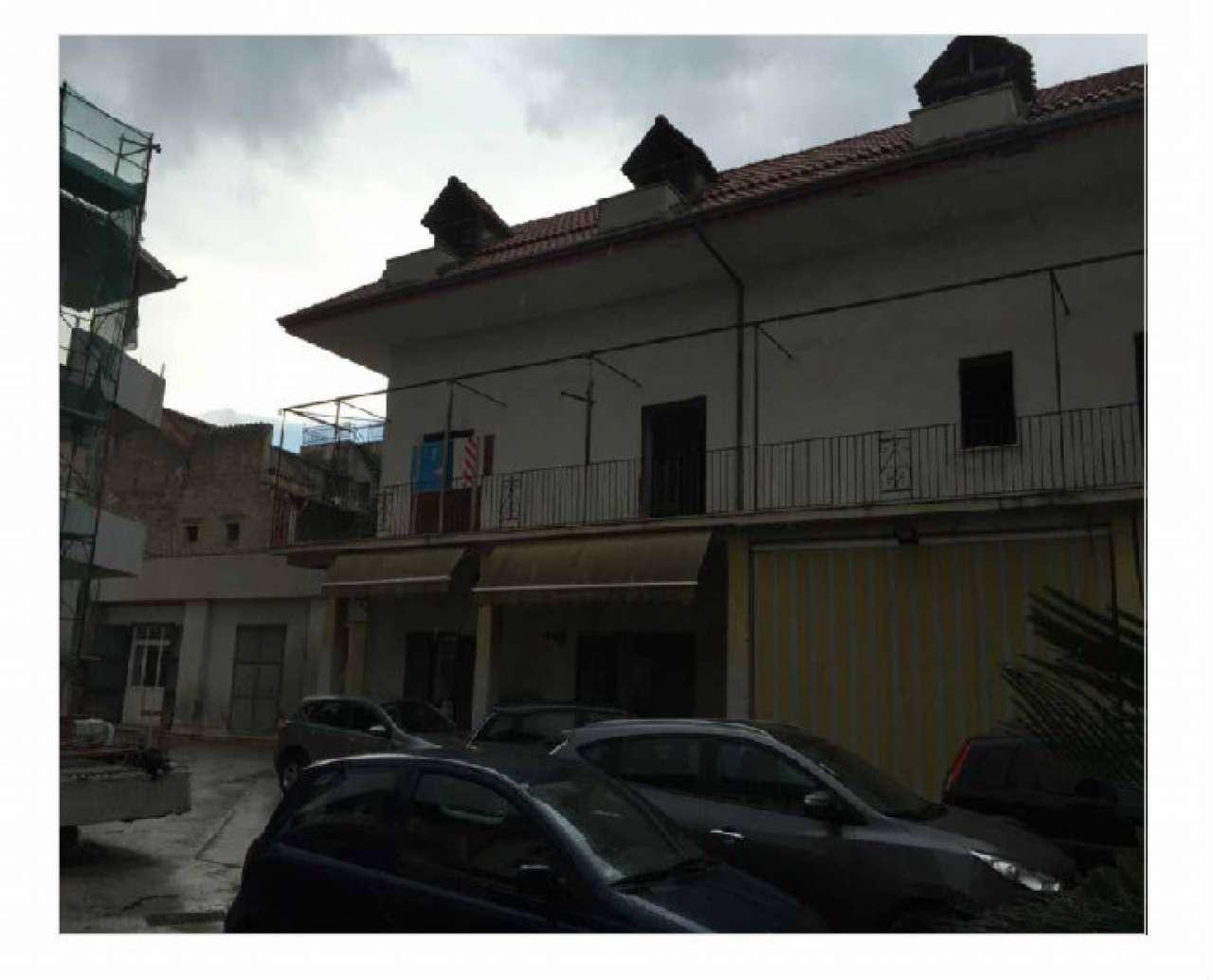 Palazzo / Stabile in vendita a Giugliano in Campania, 20 locali, prezzo € 400.000 | CambioCasa.it