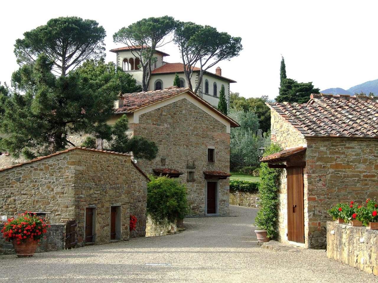 Villa in Vendita a Loro Ciuffenna Periferia: 5 locali, 900 mq
