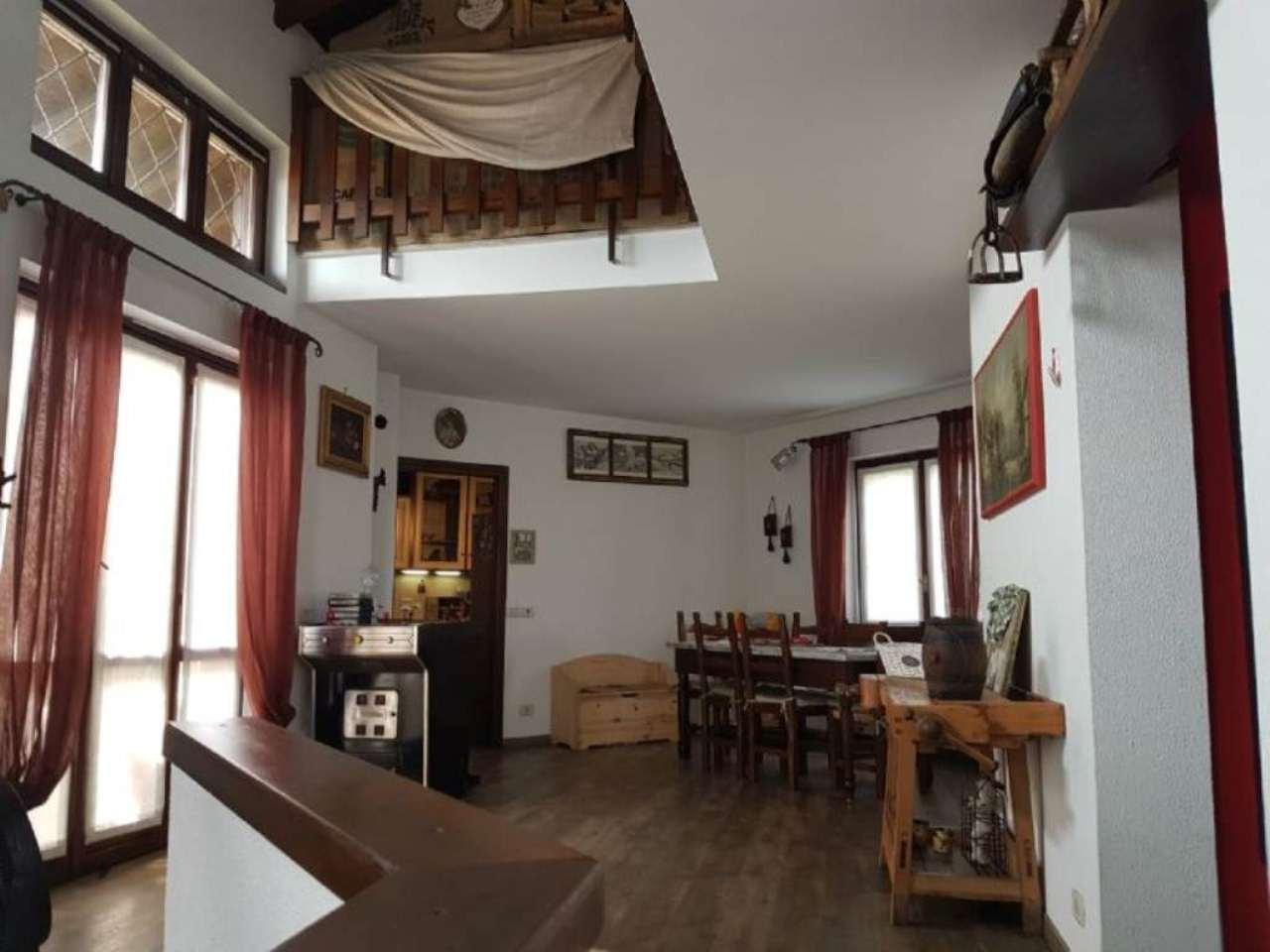 Villa in vendita a Cuasso al Monte, 5 locali, prezzo € 300.000 | CambioCasa.it