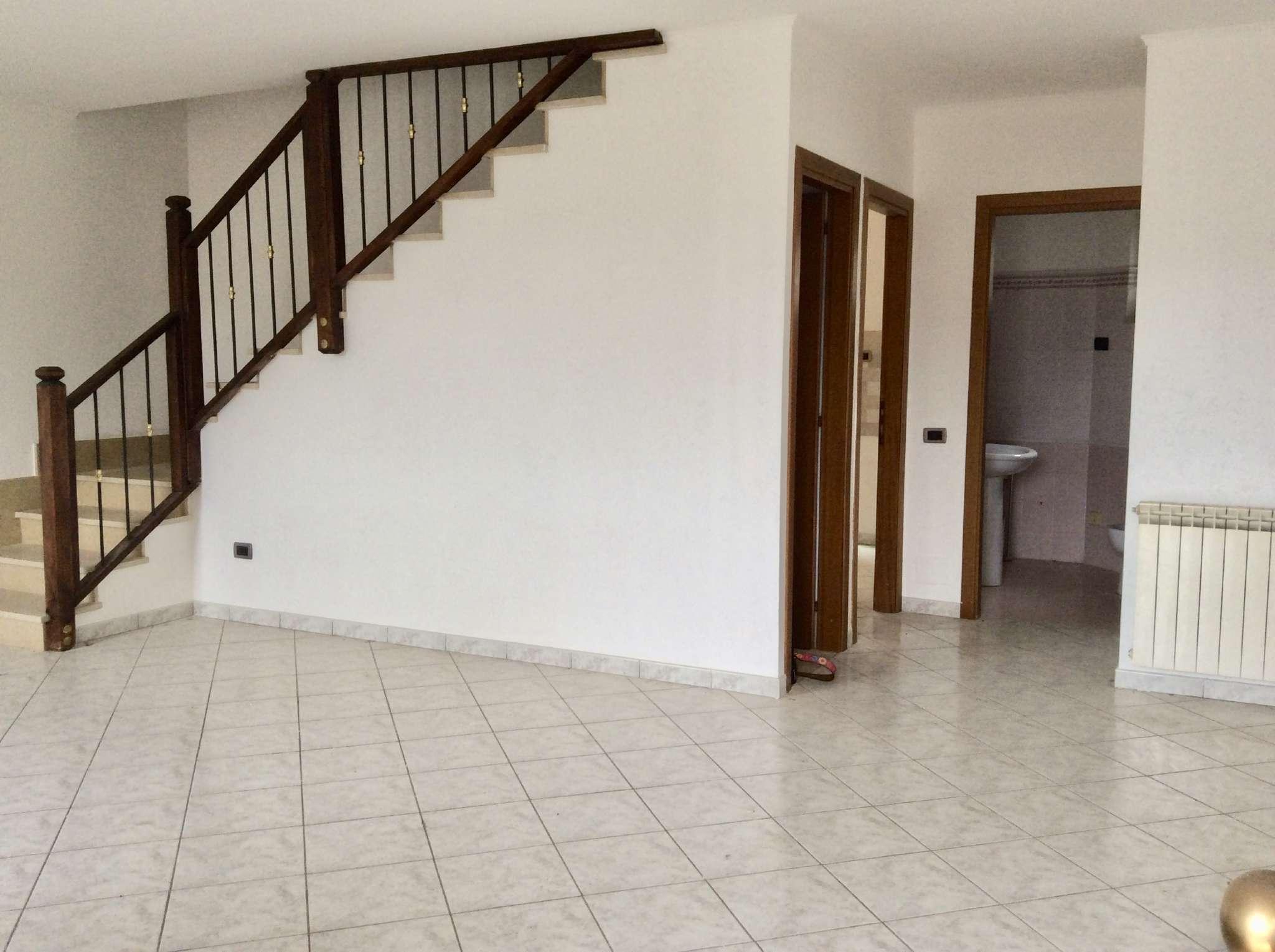 Villa a Schiera in affitto a Guidonia Montecelio, 5 locali, prezzo € 600 | CambioCasa.it