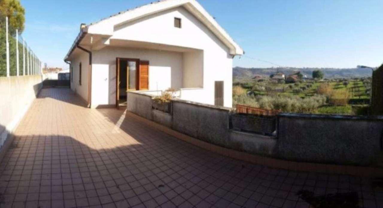 Villa in vendita a Francavilla al Mare, 6 locali, prezzo € 180.000 | Cambio Casa.it
