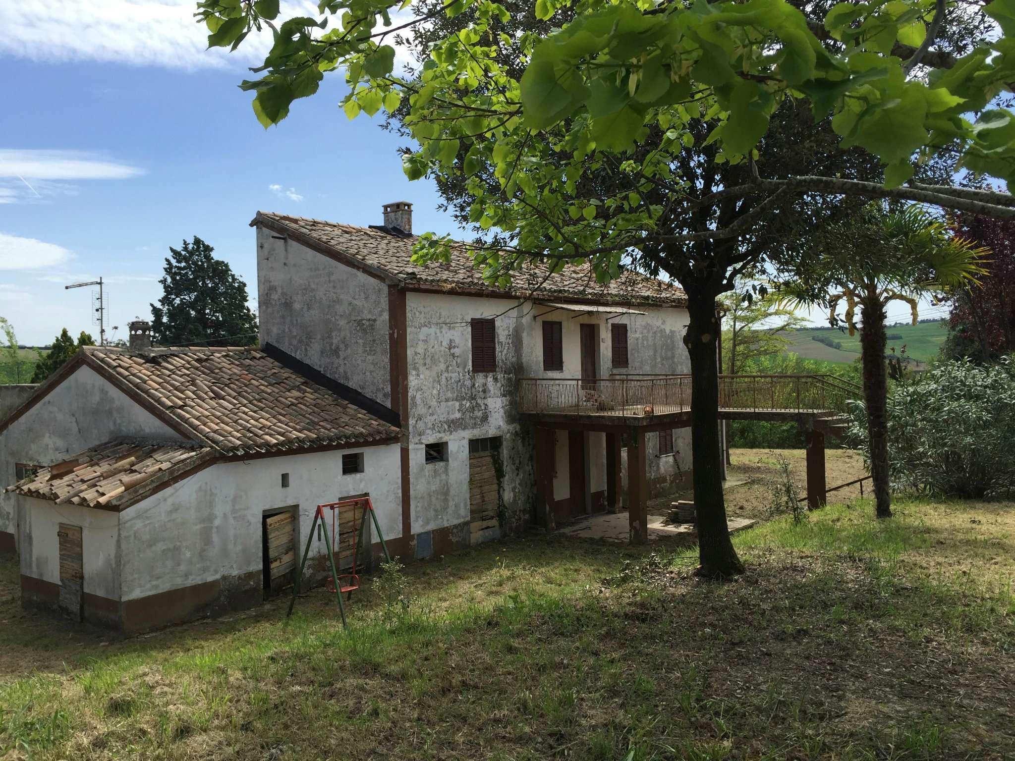 Palazzo / Stabile in Vendita a San Costanzo